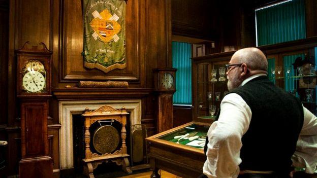Куратор Великой ложи Шотландии Роберт Купер осматривает принадлежащий ей музей