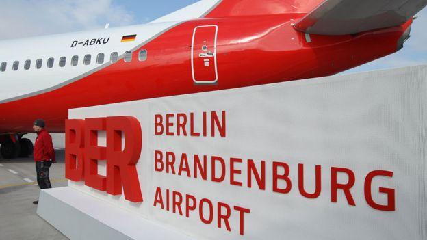 Cartel del aeropuerto BER en evento promocional.