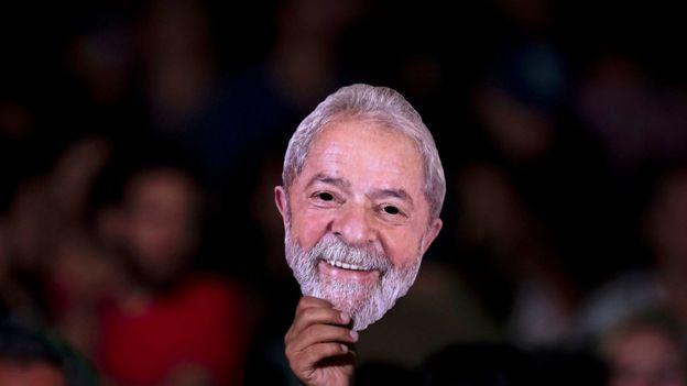 """Máscara de Lula em Festival """"Lula Livre"""" no Rio de Janeiro; comitê da ONU diz que Lula deveria disputar eleição mesmo na prisão"""