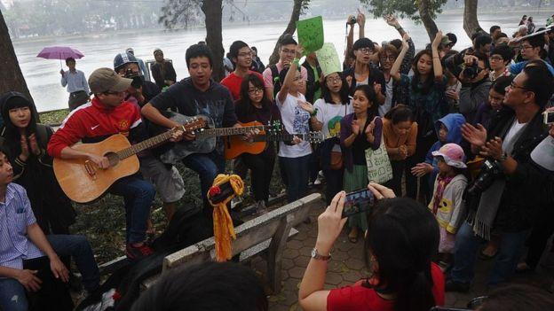Nhiều người tụ tập trong một cuộc tuần hành phản đối chặt 6.700 cây xanh ở Hà Nội vào 2015