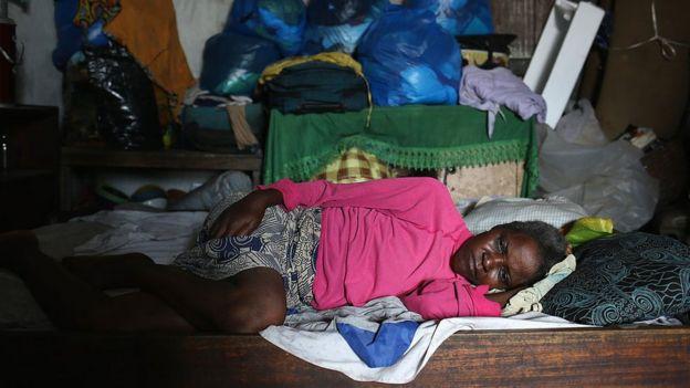 Mujer en Liberia en cama con ébola