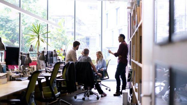Рабочее обсуждение в офисе