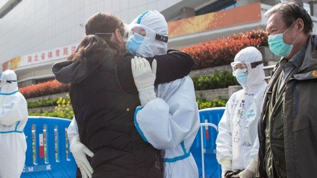 中国武汉,康复病人拥抱医务人员表示感谢。
