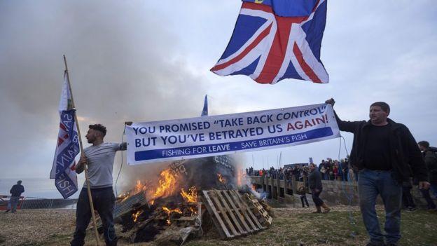 صيادو الأسماك في جنوب بريطانيا يحرقون قاربا احتجاجا على مسودة الاتفاق