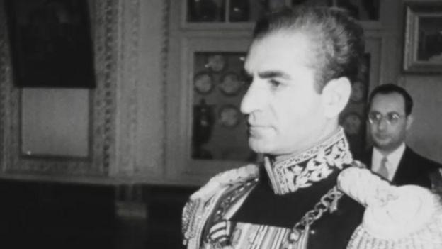 سفیر آمریکا شاه را مردی تنها و مغرور میدید که به چاپلوسی زیردستانش علاقه داشت