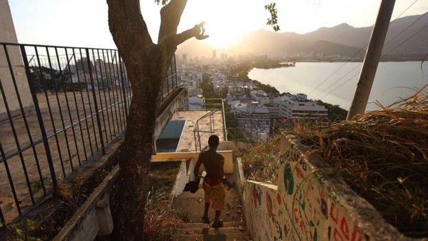 Un hombre baja las escaleras de una favela en Brasil