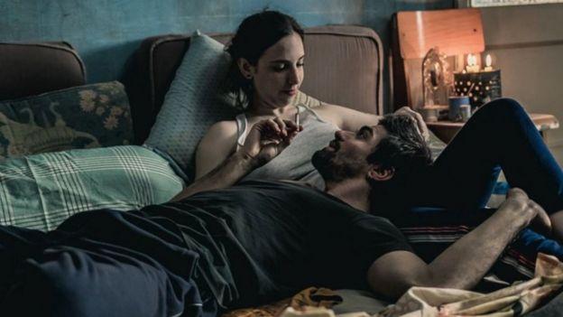 Edo y Sole en la cama en la casa en la que vivían juntos, en la película