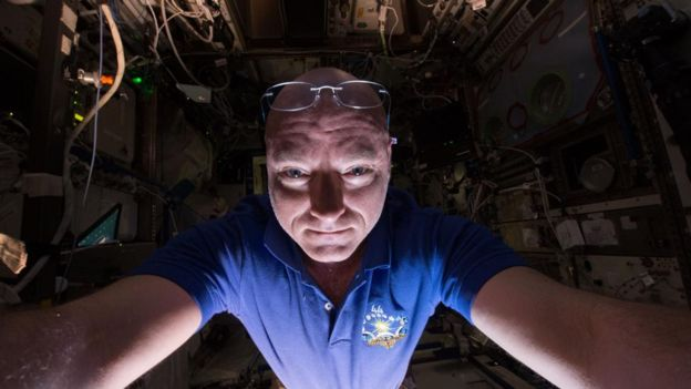 美国航空航天局前宇航员凯盖尔斯香水利说,他发现花一些时间进行有趣的琐碎活动是至关重要的。