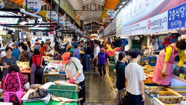 حداقل دستمزد در کره جنوبی در سال ۲۰۱۸، ۱۶/۴ درصد رشد داشته است. برای سال ۲۰۱۹ هم رشدی ۱۰/۹ درصدی در نظر گرفته شده است