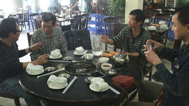 Ông Ngô Nhật Đăng (đầu tiên, từ trái)