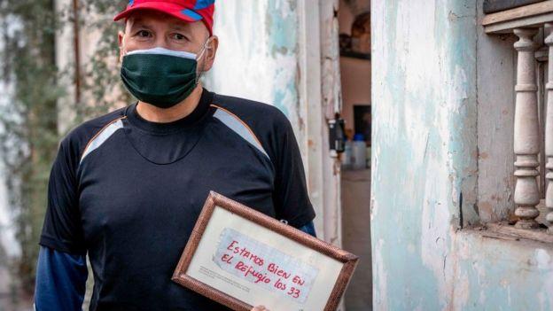 José Ojeda sosteniendo su famoso mensaje.