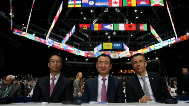 2015年5月,王健林(中)在蘇黎世參加第65界國際足聯大會。
