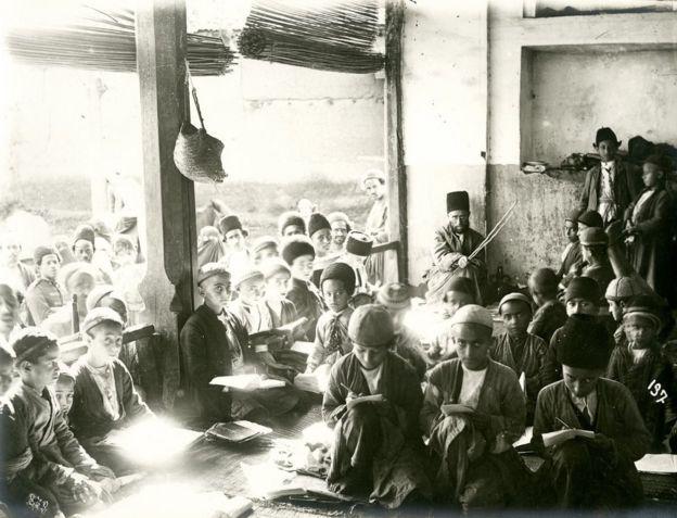 مکتبخانه، حدود ۱۹۰۰، عکس از آنتوان سوروگین