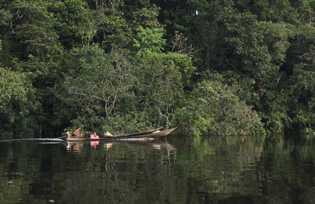Indígenas no rio Uaupés, na Terra Indígena do Alto Rio Negro, no Amazonas