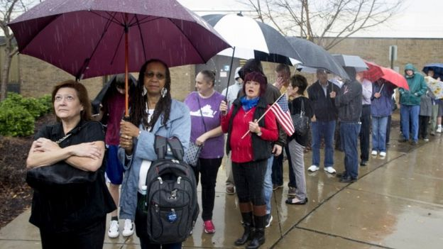 Gente votando en Virginia, Estados Unidos.