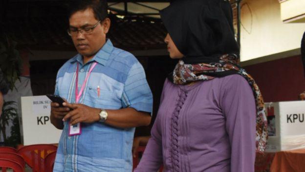 Petugas KPPS di Ponorogo, Jawa Timur.