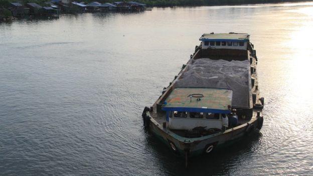 馬來西亞、柬埔寨和和印尼先後停止向新加坡出售填海用的砂石。