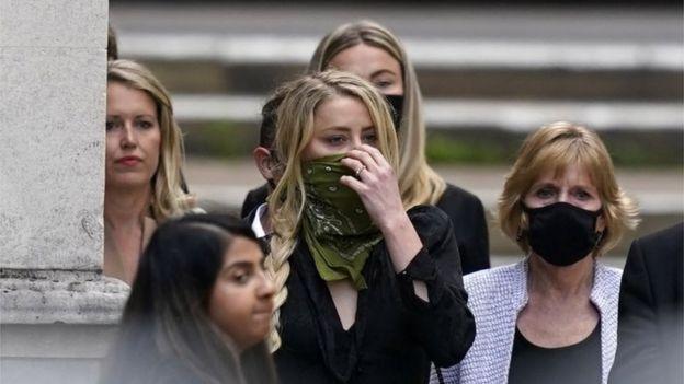 Amber Heard al llegar al tribunal