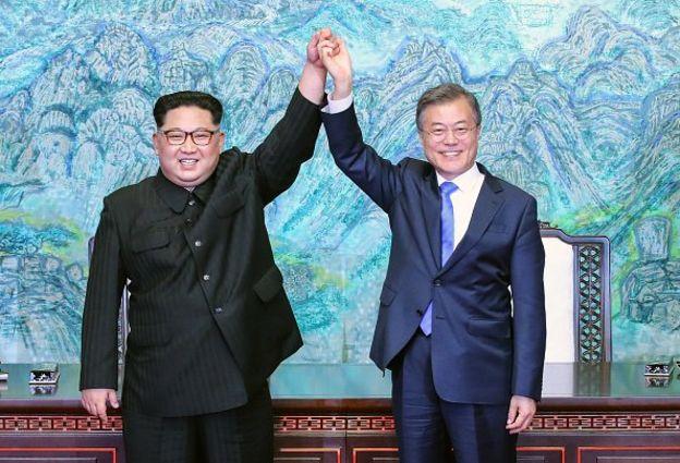 คิม จอง อึน กับ มุน แจ อิน จับมือกันชูขึ้น