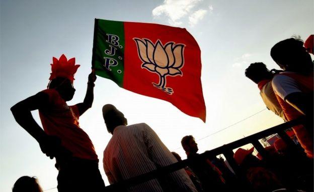 Apoiadores agitam a bandeira do partido BJP durante um evento eleitoral em Bangalore, Índia, em 13 de abril de 2019