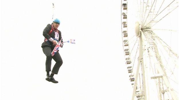 Boris Johnson ficou preso no ar durante um trajeto de tirolesa para promover a Olimpíada de Londres
