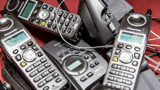 Varios teléfonos de los años noventa