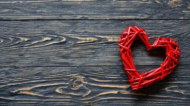 Coração em cima de superfície de madeira