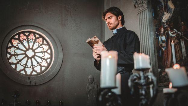 Sacerdote rezando
