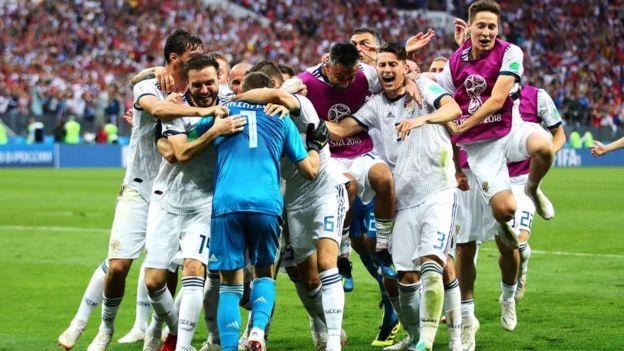 Los jugadores rusos abrazar a su portero tras la clasificación a cuartos de final.