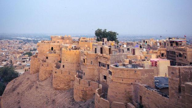 القلعة الأثرية التي تعيش فيها آلاف العائلات مجانا