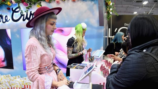 Mujer con el cabello pintado de color