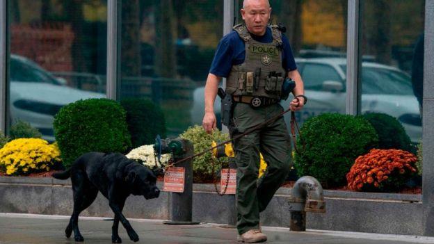 Guardia de policía caminando con un perro.