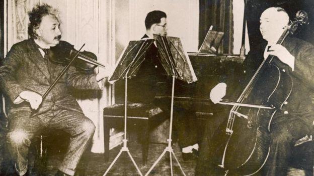 Einstein tocando música