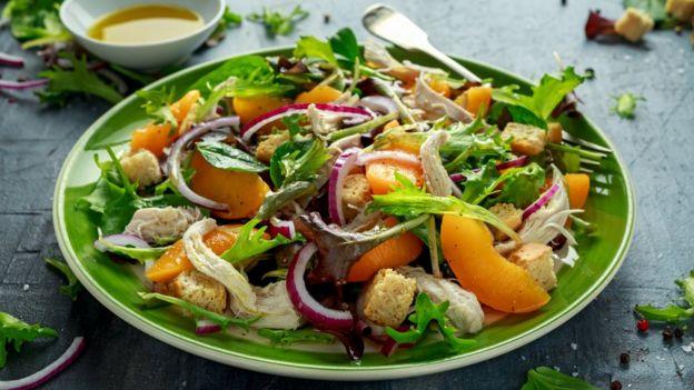 Prato de salada com verduras e legumes