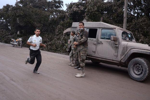 Полицейские и солдаты работают в деревне Эль-Родео, департамент Эскуинтла, 3 июня