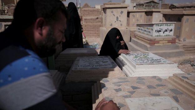 قبر دو برادر یعنی کاظم و کریم در کنار هم قرار گرفته