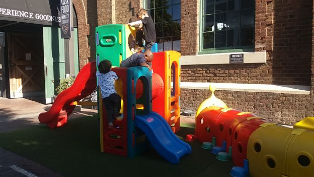 Três meninos em brinquedo de parque