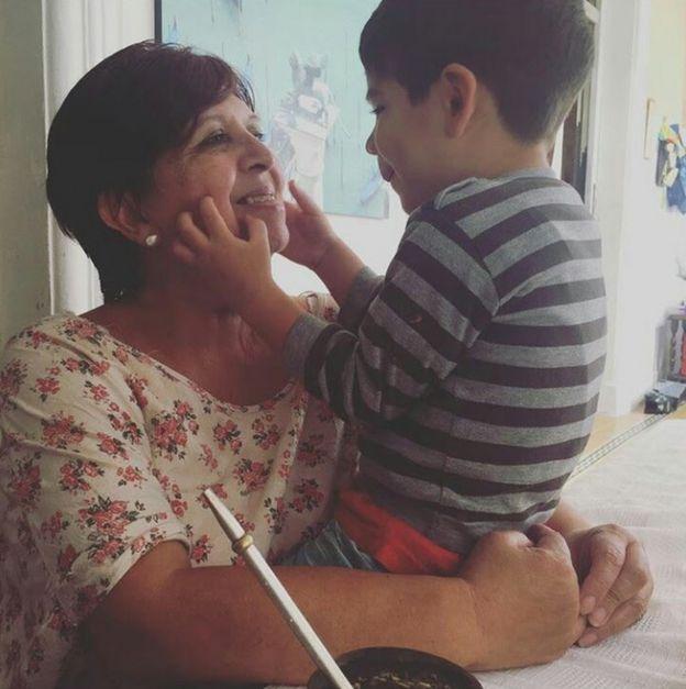 Olga Díaz con su nieto Ciro.