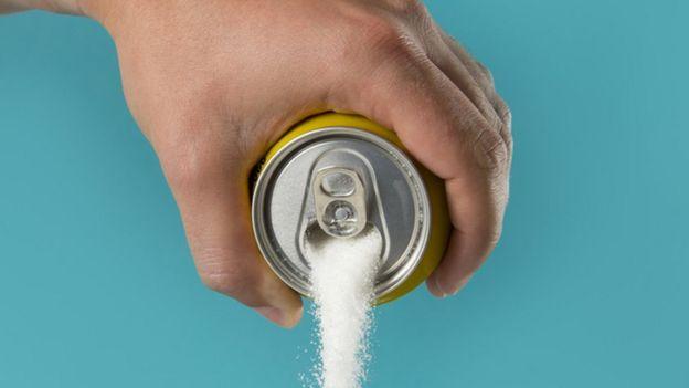 Lata de refrigerante cheia de açucar