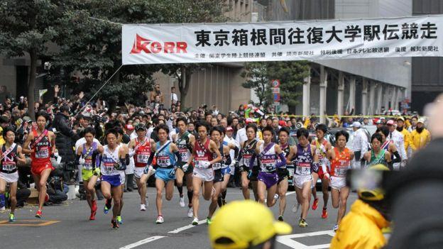Corredores en una prueba de relevos en Japón.