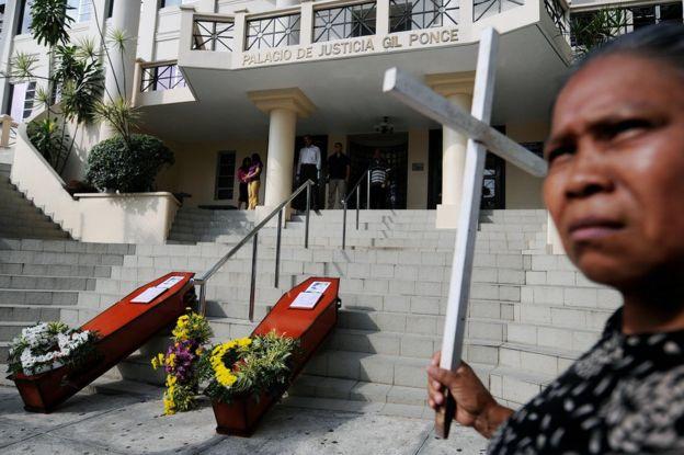 """Protesta de los afectados por el """"jarabe de la muerte"""" frente a la Corte Suprema de Justicia de Ciudad de Panamá el 31 de marzo de 2009. (Foto: Elmer Martínez / AFP / Getty Images)"""