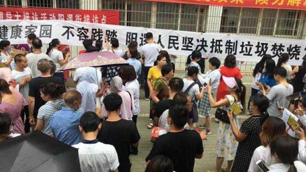 阳逻抗议群众打出的标语