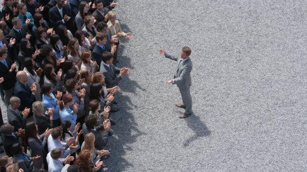 Político falando ao público