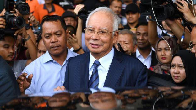 纳吉布(中)出庭后离开吉隆坡大使路法庭(12/12/2018)