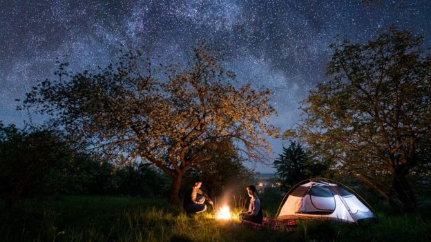 Una pareja en un camping