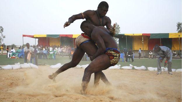 La lutte est un sport qui demande beaucoup de préparation, ici, des sportif en plein entraînement.