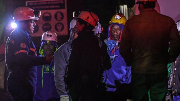 personas rescatistas en una mina