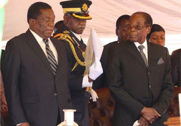 津巴布韦总统穆加贝11月6日下午解除副总统姆南加古瓦的职务。津巴布韦政府新闻部长莫约在当天的新闻发布会上宣布了这一消息。他同时表示,这一解职命令立即生效。