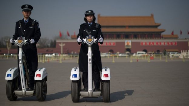 Policías con Segways en China