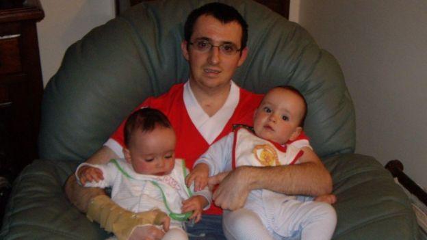 Paul Pugh com seus sobrinhos gêmeos